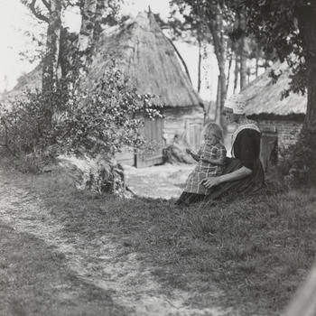 Vrouw en kind in streekdracht uit Nunspeet, 1914