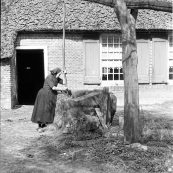 Vrouw bij waterput, Oud Schoonebeek, 1946