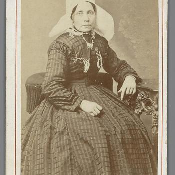 Vrouw in streekdracht uit Etten-Leur, circa 1880