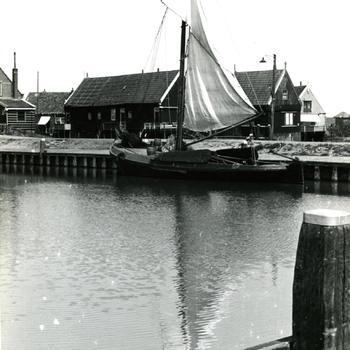 Botter in de haven van Marken, 1943