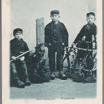 Drie jongens in Walcherse dracht
