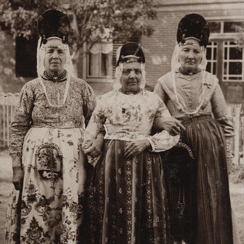 Drie vrouwen, verkleed in West-Friese dracht