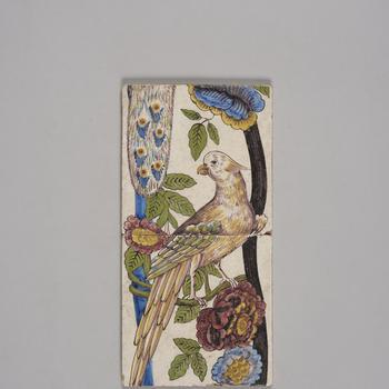 Tegeltableau van een pilaar met papegaai en bloemenrank, circa 1890