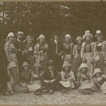 Mannen, vrouwen en meisjes in Hindelooper streekdracht, 1919