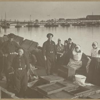 Mannen, vrouwen en kinderen in Urker streekdracht, 1919