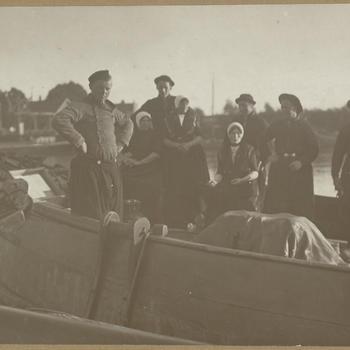 Mannen en vrouwen in Urker streekdracht, 1919