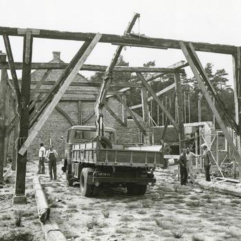 Opbouw boerderij uit Beerta in het Nederlands Openluchtmuseum, 1974