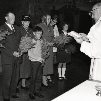 Pastoor en rooms-katholieken met kruidwis in een kerk tijdens Maria Hemelvaart, Tungelroij, 1967