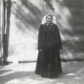 Vrouw uit Winssen in dracht uit het Land van Maas en Waal, 1913