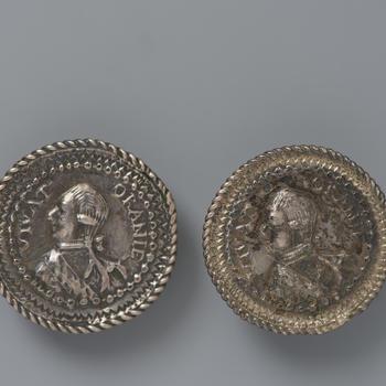 Paar zilveren knopen met portret stadhouder Willem V, circa 1800