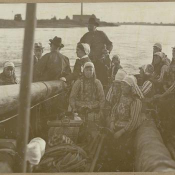 Mannen, vrouwen en kinderen in Marker streekdracht, 1919