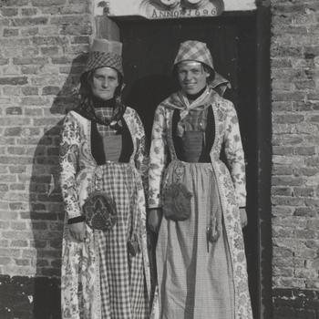 Vrouw en meisje, verkleed in Hindelooper dracht, 1944