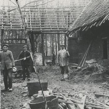 Opbouw boerderij uit Krawinkel in het Nederlands Openluchtmuseum, 1929