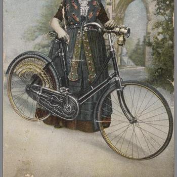 Meisje in Axelse streekdracht met fiets