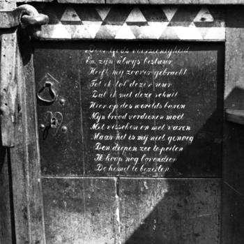 Vers op deur van botter, Marken, 1943