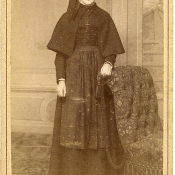 Weesmeisje in zondagse dracht uit Insula Dei in Arnhem