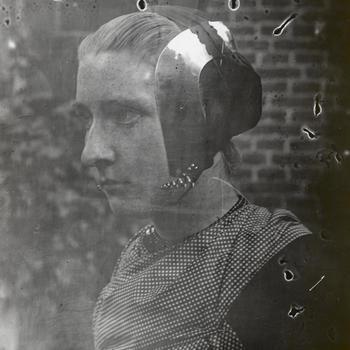 Vrouw uit Oldebroek in Veluwse streekdracht, circa 1915