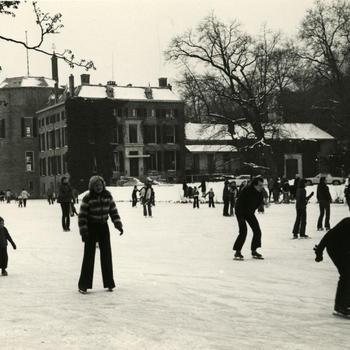 Schaatsen bij kasteel Rosendael, 1972