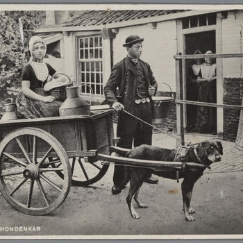 Vrouw en man in Walcherse streekdracht met hondenkar, 1905–1937