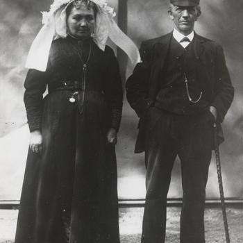 Vrouw en man uit Winssen in streekdracht Land van Maas en Waal, 1913