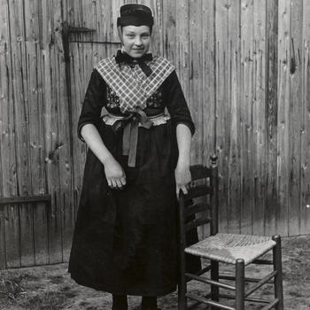 Aaltje Tuin in uitgaansdracht, Staphorst, 1944