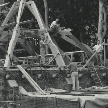 Opbouw kerk uit 's-Heerenhoek in het Nederlands Openluchtmuseum, 1987-1988