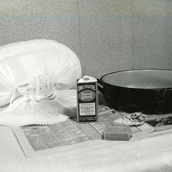 Benodigdheden voor wassen en opmaken van mutsen, Nieuw- en Sint Joosland, 1956