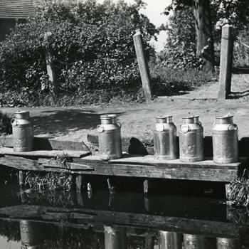 Steiger met melkbussen, Giethoorn, 1947