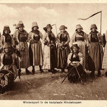 Vrouwen, verkleed in Hindelooper streekdracht