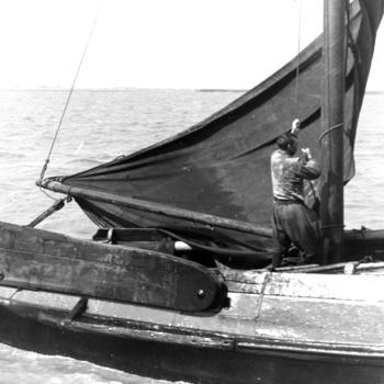 Visser aan boord van een botter, Marken, 1943