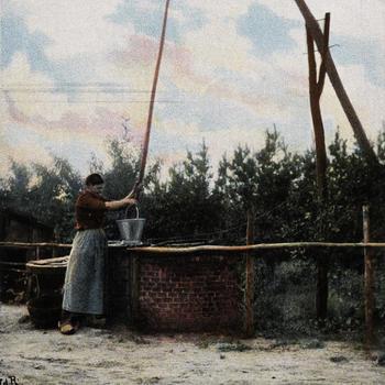 Vrouw in Noord-Brabantse dracht bij een waterput, 1902-1905