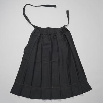 Schort van zwart lustre, Oldebroek, voor 1952