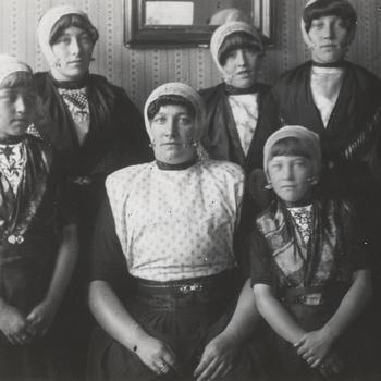 Geertje Romkes-Brouwer en vijf jonge vrouwen in Urker streekdracht, circa 1916