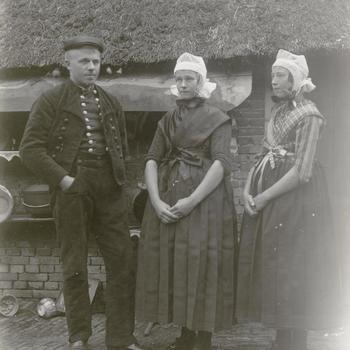 Klaas Klooster, Lijsje Klooster-Visscher en een onbekende vrouw in kerkdracht, Staphort, circa 1915