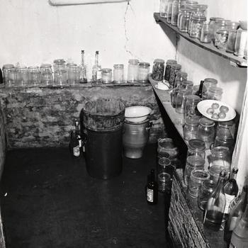 Kelder met weckpotten, Zeijen, 1951