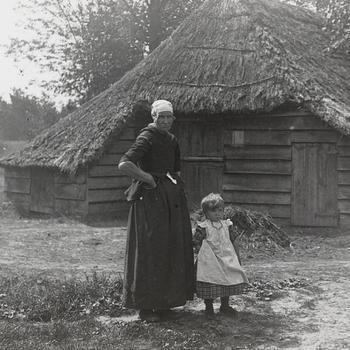 Vrouw en meisje in streekdracht uit Nunspeet, 1926