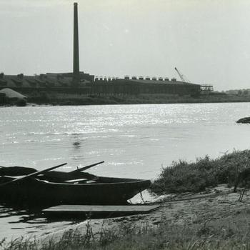 Veerboot in de IJssel bij Veessen, 1945