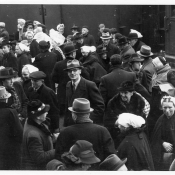 Aalten, 1943, aankomst Scheveningse evacees op het station