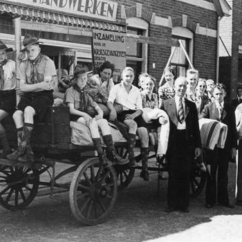 Aalten, juni 1940, padvinders helpen bij inzameling