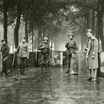 Aalten, 1939, grenswacht bij de versperring aan de Bocholtsestraat