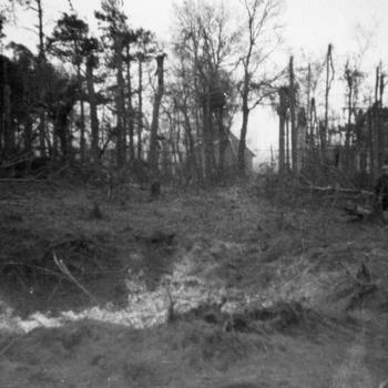 Aalten, 1943, bomkrater nabij woning Ten Barge in 1943