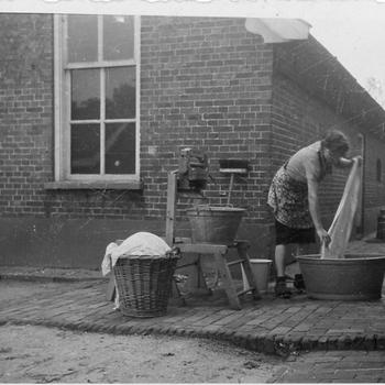 Aalten,1942, aan de was in buurtschap Dale