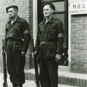 Aalten, 1945, Aalten, vrijwilligers staan op wacht