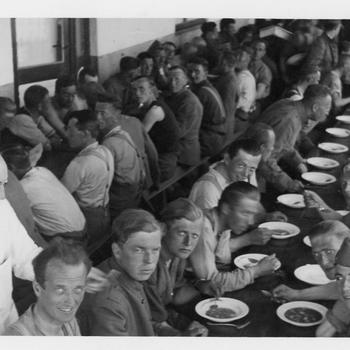 Aalten, juni 1940, teruggekeerde Nederlandse krijgsgevangenen aan de erwtensoep.