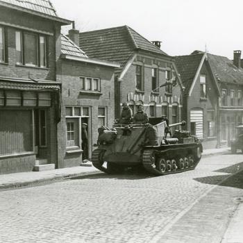 Aalten, 30 maart 1945, Bevrijders trekken door het dorp