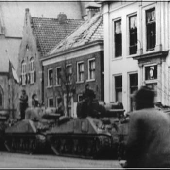 Foto bevrijders op de Markt in Aalten, maart 1945