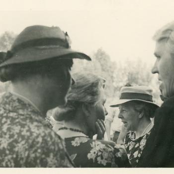 Aalten, juni 1940, vrijwilligers helpen bij terugkeer van Nederlandse krijgsgevangenen