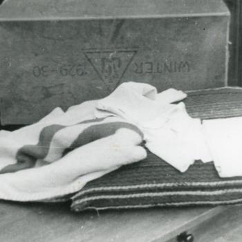 Aalten, 1943, doos met kleren van de Joodse 'vondeling'