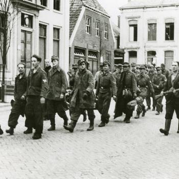 Aalten, 1945, Nederlandse vrijwilligers begeleiden Duitse krijgsgevangenen