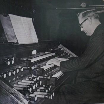 Foto voorstellende organist Cor Kee